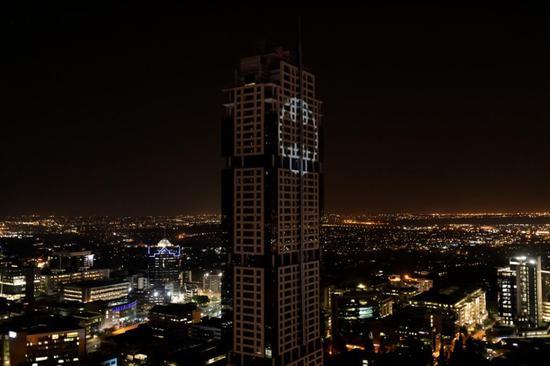 DC为庆祝《蝙蝠侠》80周年 在全球13城市亮起蝙蝠灯