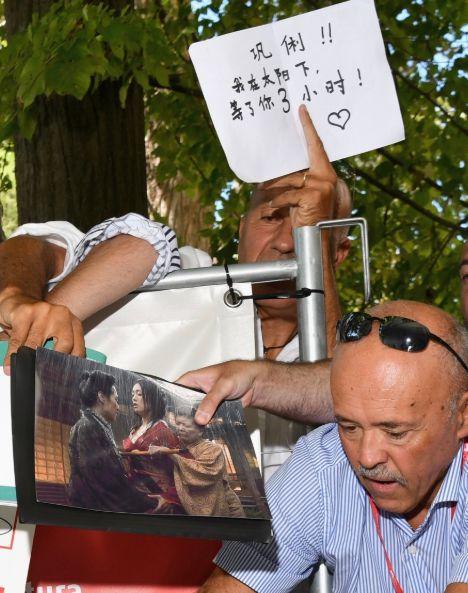 外国大叔写中文表白巩俐!一袭女皇装走红毯气场无敌