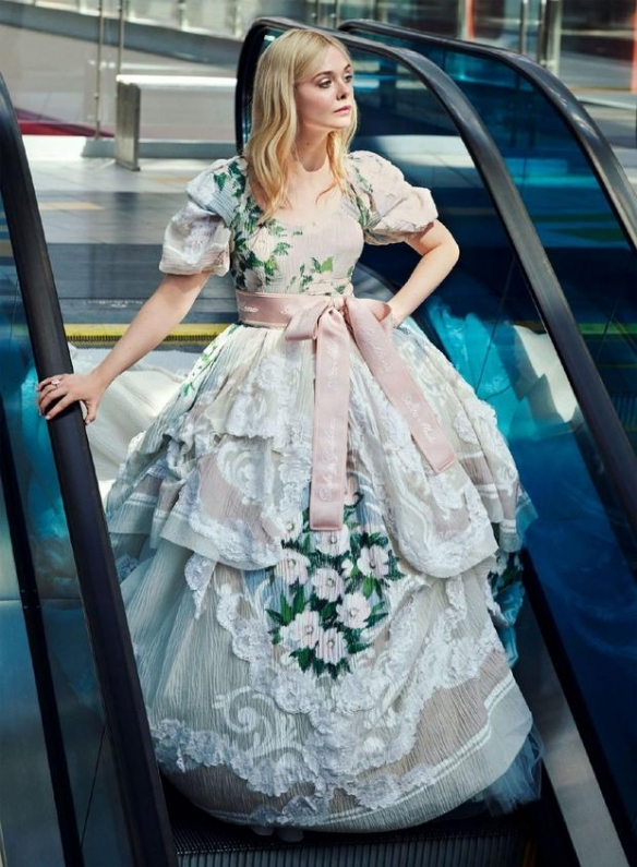 笑靥如花有点甜!好莱坞女星艾丽・范宁写真优雅迷人